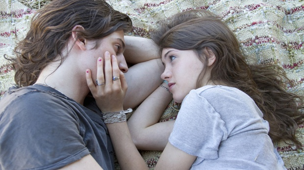 From (L) to (R), Peter Vack and Natalia Dyer in I Believe in Unicorns